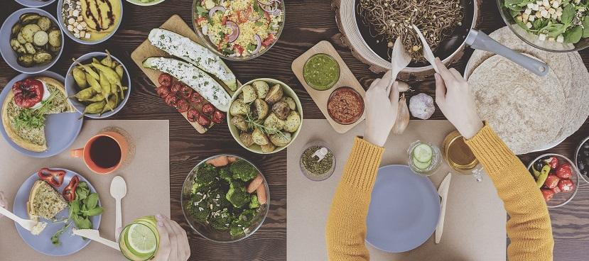 stół zastawiony potrawami